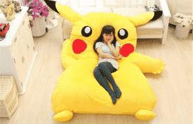 Nệm thú bông hình Pikachu giúp các bé nhanh chóng đi vào giấc ngủ nhờ cảm giác thoải mái và an toàn mà chúng mang lại